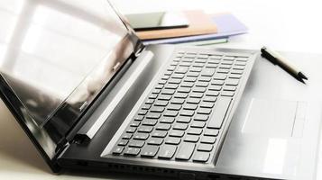 laptop na luz do sol
