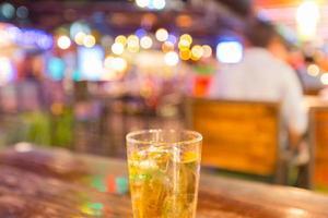um copo de cerveja na mesa foto