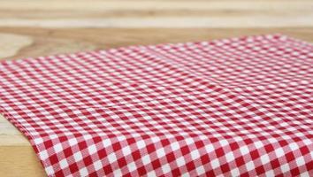 toalha de mesa quadriculada vermelha na mesa foto
