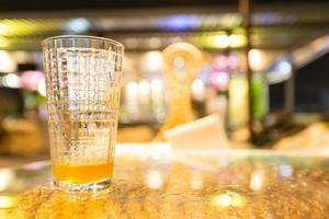 um copo de cerveja foto