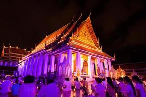 ritual religioso em um templo na Tailândia foto
