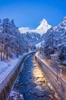 antiga vila em zermatt, suíça foto