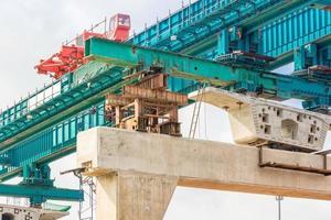 construção de linha de transporte ferroviário de massa