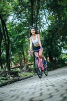 jovem andando de bicicleta no parque foto