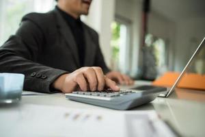 close-up do empresário trabalhando na mesa