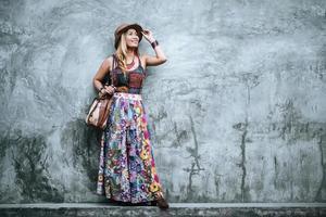 mulher jovem e bonita ao ar livre