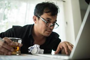 jovem empresário frustrado na mesa foto