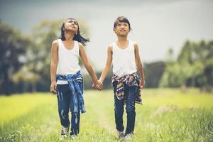 duas meninas de mãos dadas no parque foto