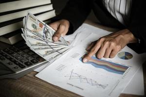 empresário calculando crescimento financeiro e investimento