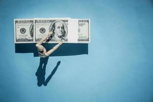 vista superior do conceito de notas de dólar em fundo azul foto