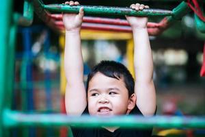 menino brincando no parque foto