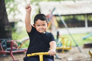 criança brincando no parque foto