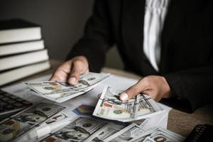 empresário calculando crescimento financeiro e investimento foto