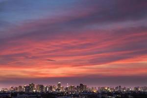 lindo pôr do sol sobre uma cidade foto