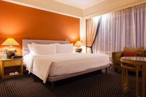 interior de um quarto de hotel foto