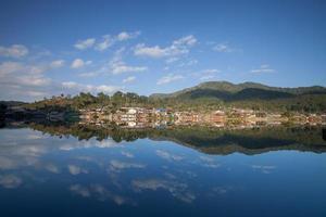 vila sob um céu nublado foto