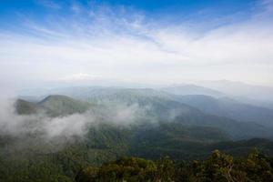 vista aérea de montanhas com nevoeiro
