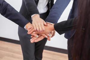 profissionais colocando as mãos juntas