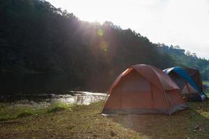tendas perto de um riacho foto