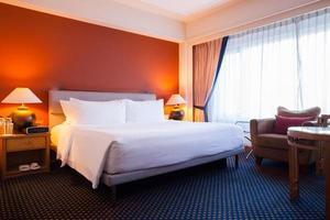 parede laranja em um quarto de hotel foto
