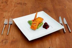 bife de salmão no prato