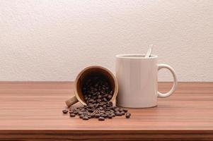 canecas de café na mesa foto