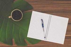 caderno e caneca de café na mesa