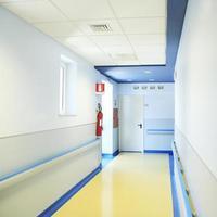 vista do corredor vazio do hospital foto