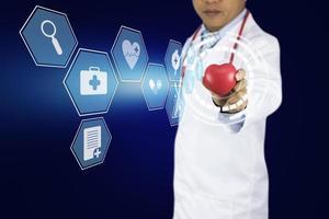 médico segurando um coração vermelho com ícones de cuidados saudáveis