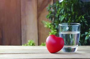 bebendo água com um coração vermelho foto