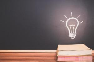 livros e um doodle de lâmpada foto