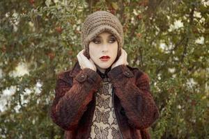 retrato de mulher jovem e bonita, close-up ao ar livre foto