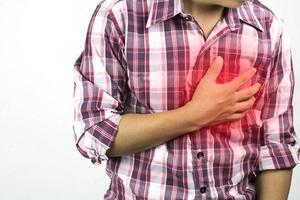 homem sofrendo de dor no peito