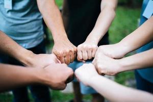 close-up de alunos em pé com as mãos juntas foto