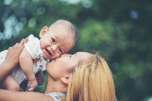 mãe e bebê juntos no parque foto
