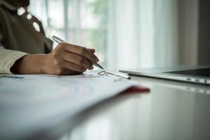 close-up de empresário trabalhando com documentos comerciais
