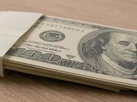 nota de dólar na mesa foto