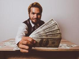 empresário feliz com notas de dólar