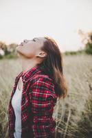 close-up de uma linda jovem triste em um campo foto