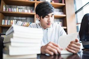 jovem estudante lendo em um café foto