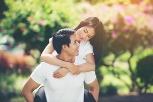 casal feliz de férias curtindo um ao outro no parque foto