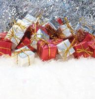 presentes de natal aninhados na neve