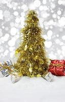 árvore de natal ouropel na neve