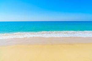 bela praia de areia e mar foto
