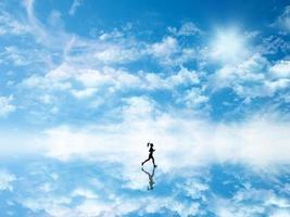 Silhueta 3D de uma mulher correndo contra um céu que se reflete no solo
