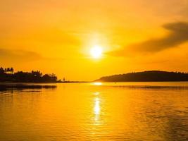 bela praia tropical ao nascer do sol foto