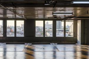 um estacionamento vazio está dentro de um prédio foto