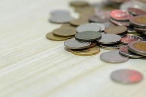 Moedas de dinheiro tailandês reunidas fundo