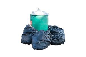 uma lata de lixo e sacos de lixo