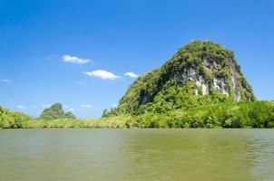 lindo céu azul e floresta tropical de mangue em Krabi, Tailândia foto